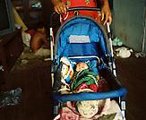 KOS / Kosovo /Mitrovica / 01.07.2009 / Säugling in einem Kinderwagen im Lager Ostaroda