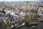 Blick von der Westerkerk auf die verwinkelten Häuser im Jordaan gen Westen von der Prinsengracht, Amsterdam