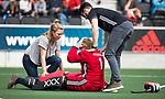 AMSTELVEEN - Hockey - Hoofdklasse competitie dames. AMSTERDAM-DEN BOSCH (3-1) Blessure bij  keeper Anne Veenendaal (A'dam) rechts fysio Marc Jansen en links Marieke Eggengoor .   COPYRIGHT KOEN SUYK