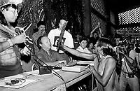 A índia Kaiapó Tuíra esfrega o facão no rosto do diretor da Eletronorte José Antônio Muniz Lopes em protesto pela criação da hidrelétrica de Kakarao, hoje Belo Monte, durante o I Encontro das Nações indígenas do Xingu.<br /> Altamira, Pará, Brasil.<br /> Foto Paulo Jares<br /> <br /> 1989