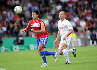 FUSSBALL   DFB POKAL   SAISON 2011/2012  1. Hauptrunde SpVgg Unterhaching - SC Freiburg             31.07.2011 Jonas Hummels  (li, Unterhaching) gegen Erik Jendrisek (re, SC Freiburg)