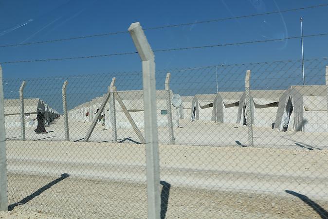 Blick auf die weiße Zeltstadt nahe der syrischen Grenze bei Suruc, hier leben momentan 25.000 Menschen. In der Türkei leben derzeit etwa 1,8 Millionen Flüchtlinge aus Syrien. Es entstehen immer mehr neue Flüchtlingslager entlang der Grenze.