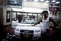 Havana_Cuba, 21 de Maio de 2011..Carro de luxo de grupo de reaggeton em frente ao cine Kyara durante apresentacao da banda..Foto: LEO DRUMOND / NITRO