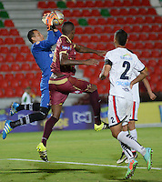 IBAGUE -COLOMBIA, 13-07-2016: Wilmer Barrios (Der.) jugador de Deportes Tolima, disputa el balón con Nelson Ramos (Izq.) portero de Fortaleza FC durante partido entre Deportes Tolima y Fortaleza FC, por la fecha 3 de la Liga Aguila II-2016, jugado en el estadio Manuel Murillo Toro de la ciudad de Ibague. / Wilmer Barrios (R) player of Deportes Tolima, vies for the ball with Nelson Ramos (L) goalkeeper of Fortaleza FC during a match between Deportes Tolima and Fortaleza FC, for the date 3 for the Liga Aguila II-2016 at the Manuel Murillo Toro stadium in Ibague city. Photo: VizzorImage  / Juan Carlos Escobar / Cont