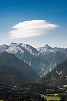 Deutschland, Bayern, Oberbayern, Berchtesgadener Land, bei Berchtesgaden: Blick von der Kneifelspitze zu den  Funtenseetauern und  Schoenfeldspitze, eingebettet zwischen den Bergen kann man den Koenigssee erahnen | Germany, Upper Bavaria, Berchtesgadener Land, above Berchtesgaden: view from Kneifelspitze mountain to mountains Funtenseetauern and Schoenfeldspitze, below  Lake Koenigssee is hardly to see
