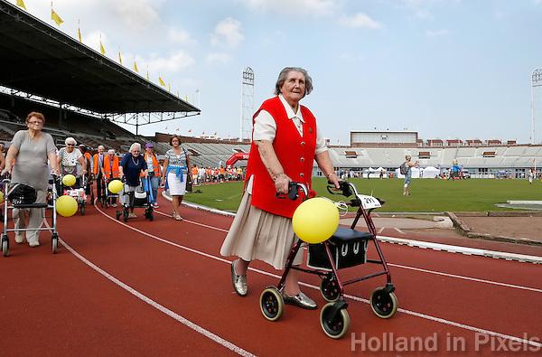Amsterdam-   De eerste Landelijke Rollatorloop in het Olympisch Stadion. Mensen met een rollator lopen verschillende afstanden. Start en Finish in het Olympisch Stadion.