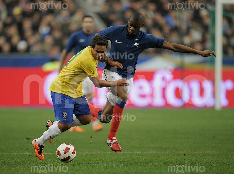 FUSSBALL   INTERNATIONAL   Testspiel   09.02.2011 Frankreich  - Brasilien Vassiriki DIABY (re, Frankreich) gegen JADSON (Brasilien)