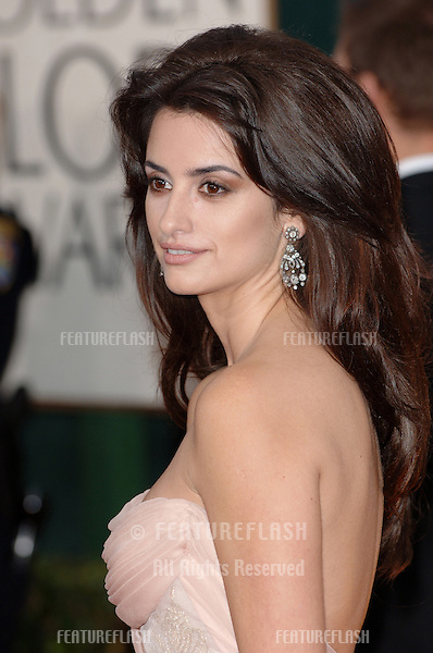 PENELOPE CRUZ at the 63rd Annual Golden Globe Awards at the Beverly Hilton Hotel..January 16, 2006  Beverly Hills, CA.© 2006 Paul Smith / Featureflash
