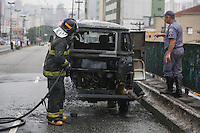 SAO PAULO, SP, 24.10.2013 - INCENDIO / KOMBI - Bombeiros realizam trabalho de rescaldo em Kombi que pegou fogo no Viaduto Alcantara Machado (sentido centro) no bairro do Bras na tarde desta quinta-feira, 24. (Foto: William Volcov / Brazil Photo Press).