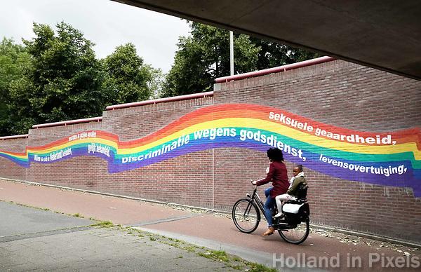 Nederland Purmerend  22 juni  2018. Tunneltje onder het spoor. Regenboog tegen discriminatie. Foto mag niet in negatieve / schadelijke context gepubliceerd  worden.   Foto Berlinda van Dam Hollandse Hioogte