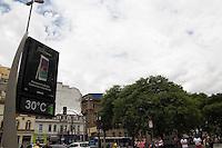 SAO PAULO, SP - 12.12.2014 - CLIMA TEMPO - Termômetros registam 30 graus de temperatura no centro de São Paulo nesta Sexta-feira (12). Há previsão de chuva para toda a capital no fim da tarde, como ocorreu na quarta e quinta-feiora.<br /> <br /> (Foto: Fabricio Bomjardim / Brazil Photo Press).