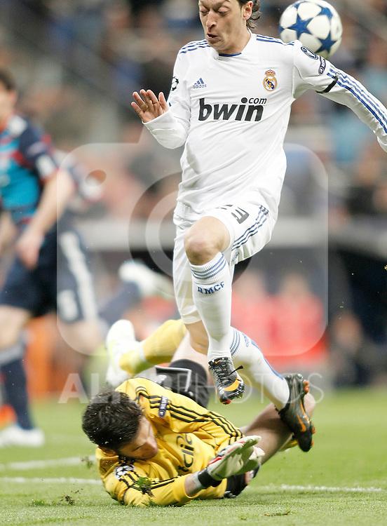 Real Madrid's Mesut Özil against Olympique de Lyon's Hugo Lloris  during Champions League match. March 16, 2011. (ALTERPHOTOS/Alvaro Hernandez)