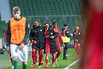 Spieler verlassen zur Pause das Spielfeld <br /> Sport: Fussball: 1. Bundesliga: Saison 19/20: <br /> 26. Spieltag: SV Werder Bremen vs Bayer 04 Leverkusen, 18.05.2020<br /> <br /> Foto ©  gumzmedia / Nordphoto / Andreas Gumz / POOL <br /> <br /> Nur für journalistische Zwecke! Only for editorial use!<br />  DFL regulations prohibit any use of photographs as image sequences and/or quasi-video.