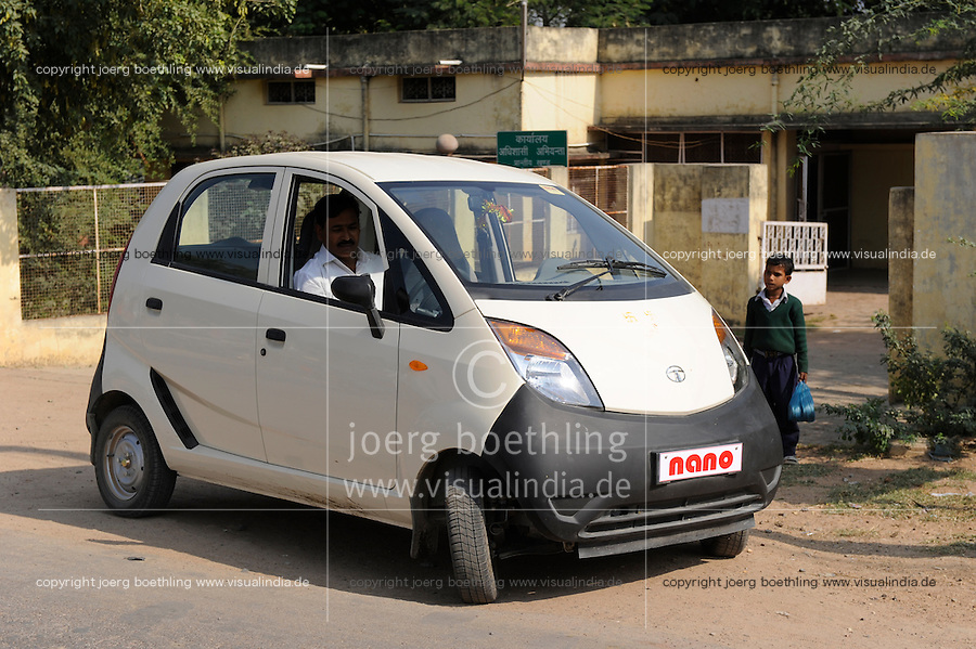 INDIA Banda U.P. , mini car Nano of indian Car maker TATA / INDIEN Banda , Kleinwagen Nano des indischen Autobauer TATA