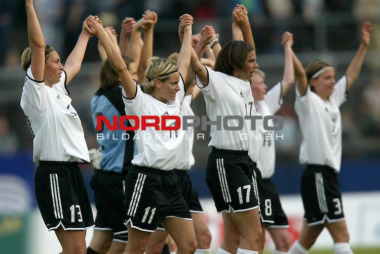 EM Qualifikation 2005 - Frauen Nationalmannschaft<br /> <br /> Deutschland vs. Ukraine 6:0<br /> <br /> Sandra Minnert, Nadine Angerer, Marina Mueller, Ariane Hingst, Sandra Smisek und Sarah Guenther (v.l.n.r.:) von der Deutschen Frauen Nationalmannschaft jubeln mit den Fans.<br /> <br /> Foto &copy; nordphoto - Ruediger Lampe<br /> <br /> <br /> <br /> <br /> <br /> <br /> <br />  *** Local Caption *** Foto ist honorarpflichtig! zzgl. gesetzl. MwSt.<br /> <br />  Belegexemplar erforderlich<br /> <br /> Adresse: nordphoto<br /> <br /> Georg-Reinke-Strasse 1<br /> <br /> 49377 Vechta