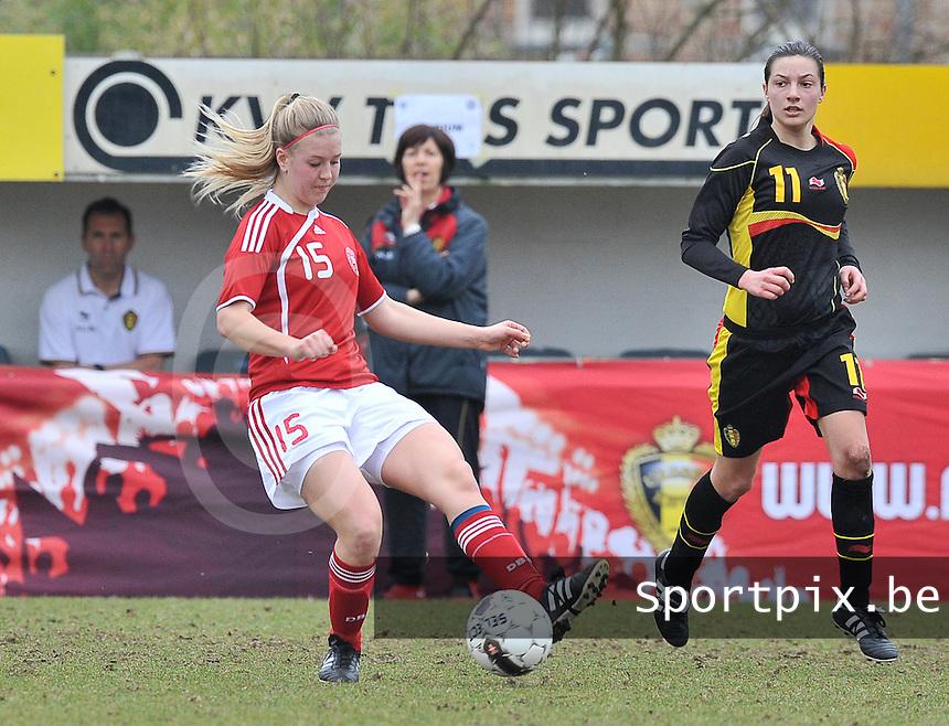 Denmark U17 - Belgium U17 : Mathilde Jessen aan de bal voor Shayna Raekelboom.foto DAVID CATRY / Vrouwenteam.be