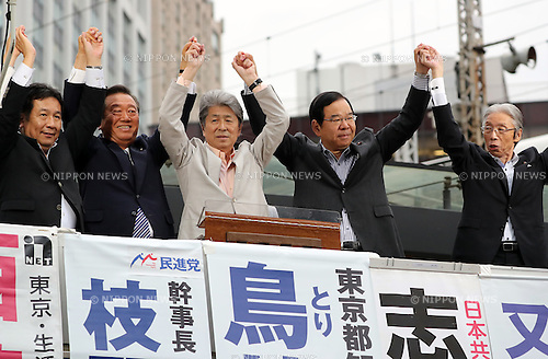 July 22, 2016, Tokyo, Japan - Shuntaro Torigoe (C), a candidate for the Tokyo gubernatorial election raise hands with opposition leaders Yukio Edano (L) of Democratic Party, Ichiro Ozawa of People's Life Party, Kazuo Shii (2nd R) of Communist Party and Seiji Mataichi (R) of Social Democratic Party during a campaign in Tokyo on Friday, July 22, 2016. Tokyo gubernatorial election will be held on July 31.     (Photo by Yoshio Tsunoda/AFLO) LWX -ytd-