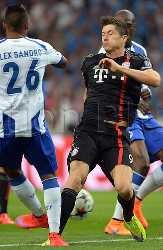 15.04.2015. Porto, Portugal.  Munich's Robert Lewandowski (R) challenges for the ball with Porto's Alex Sandro during the UEFA Champions League quarter final first leg soccer match between FC Porto and FC Bayern Munich at Estadio do Dragao in Porto, Portugal
