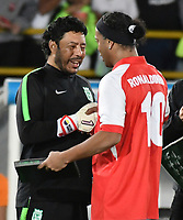 BOGOTA-COLOMBIA, 17-10-2019: Ronaldinho Gaucho ex jugador brasileño Ronaldinho Gaucho recibe de Rene Huiguita  ex guardavalla colombiano una placa, durante un partido de exhibición entre Independiente Santa Fe y Atlético Nacional en el estadio Nemesio Camacho El Campín en la ciudad de Bogotá. / Ronaldinho Gaucho Brazilian former player receives a plaque from Rene Higuita a former Colombian goalkeeper, during an exhibition match between Independiente Santa Fe and Atlético Nacional at the Nemesio Camacho El Campín stadium in the city of Bogota. / Photo: VizzorImage / Luis Ramírez / Staff.