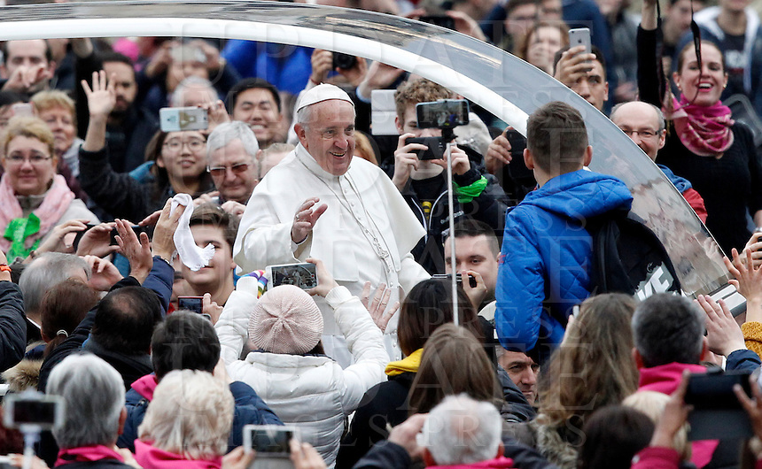 Papa Francesco saluta i fedeli al suo arrivo all'udienza generale del mercoledi' in Piazza San Pietro, Citta' del Vaticano, 3 febbraio 2016.<br /> Pope Francis waves to faithful as he arrives for his weekly general audience in St. Peter's Square at the Vatican, 3 February 2016.<br /> UPDATE IMAGES PRESS/Riccardo De Luca<br /> <br /> STRICTLY ONLY FOR EDITORIAL USE
