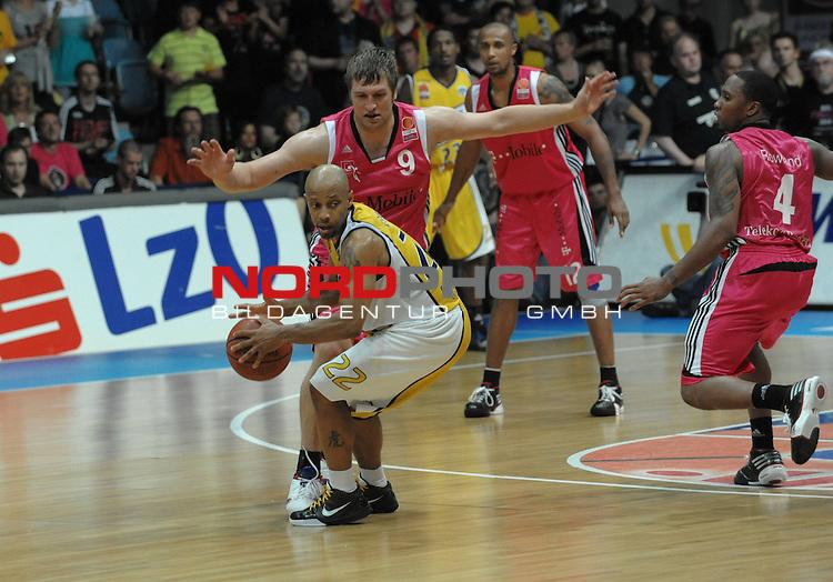 BBL 2008/2009 - Play Off - Finale  Spiel 5 von 5. 25.06.2009 EWE Arena Oldenburg<br /> <br /> EWE Baskets - Telekom Baskets Bonn<br /> <br /> David gegen Goliath - Jason Gardner (#22 - EWE Baskets) gegen John Bowler (Bonn -  #09)<br /> <br /> Foto &copy; nph ( nordphoto )