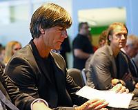 Bundestrainer Joachim Loew (Deutschland Germany) mit seinem Zettel - 15.05.2018: Vorläufige WM-Kaderbekanntgabe, Deutsches Fußballmuseum Dortmund