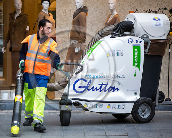BRUSSELS - BELGIUM - 27 October 2016 -- Street cleaner at Avenue Louis. -- PHOTO: Juha ROININEN / EUP-IMAGES
