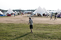 Scout is playing football barefoot. He is  waiting for the ball to be kicked back. Photo: Audun Ingebrigtsen / Scouterna