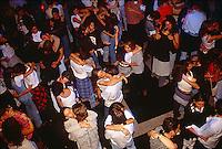 giovani in discoteca
