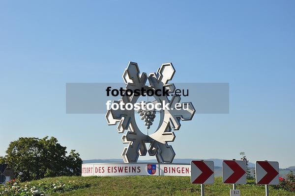 """Eisweindenkmal Dromersheim - """"Bingen-Dromersheim -  der Geburtsort des Eisweins"""" - auf der Verkehrsinsel am Kutschereck zur Erinnerung an die Entdeckung des Eisweine 1830"""