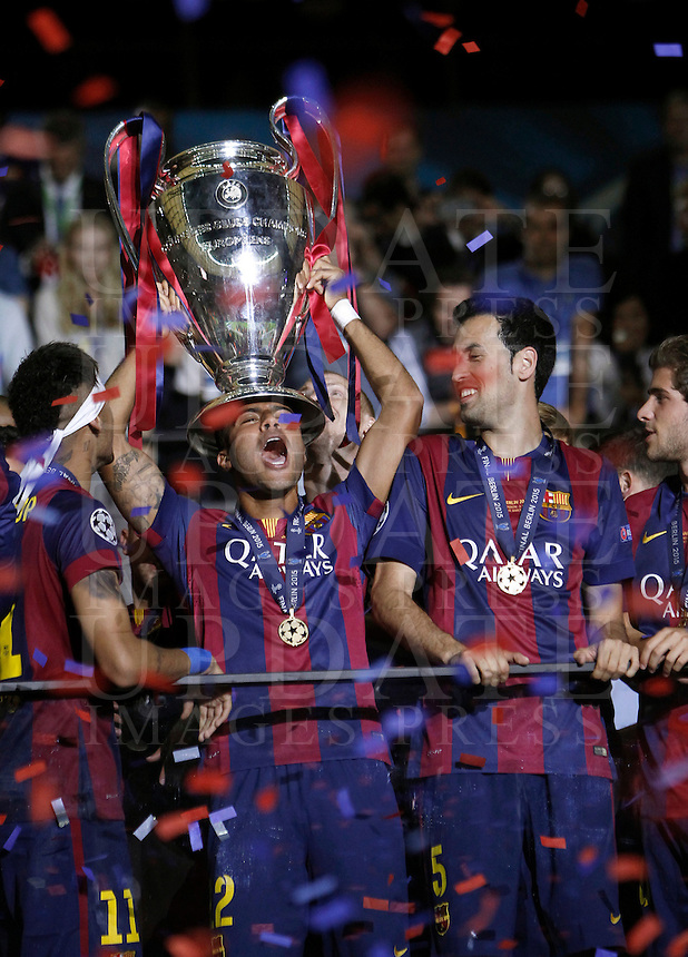Calcio, finale di Champions League Juventus vs Barcellona all'Olympiastadion di Berlino, 6 giugno 2015.<br /> Barcelona's Rafinha holds up the trophy at the end of the Champions League football final between Juventus Turin and FC Barcelona, at Berlin's Olympiastadion, 6 June 2015. Barcelona won 3-1.<br /> UPDATE IMAGES PRESS/Isabella Bonotto