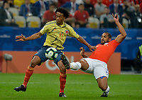 SAO PAULO – BRASIL, 28-06-2019: Juan Cuadrado de Colombia disputa el balón con Jean Beausejour de Chile durante partido por cuartos de final de la Copa América Brasil 2019 entre Colombia y Chile jugado en el Arena Corinthians de Sao Paulo, Brasil. / Juan Cuadrado of Colombia vies for the ball with Jean Beausejour of Chile during the Copa America Brazil 2019 quarter-finals match between Colombia and Chile played at Arena Corinthians in Sao Paulo, Brazil. Photos: VizzorImage / Julian Medina / Cont /