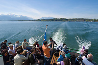 Deutschland, Bayern, Oberbayern, Chiemgau, Prien am Chiemsee: Ueberfahrt zur Insel Herrenchiemsee mit einem Boot der  Chiemsee Schifffahrt, im Hintergrund die Chiemgau Alpen mit der Kampenwand | Germany, Bavaria, Upper Bavaria, Chiemgau, Prien at Lake Chiem: boat transfer to island Herrenchiemsee, background Chiemgau Alps with Kampenwand mountain