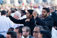 Sacerdoti scattano selfie prima dell'inizio della messa di Papa Francesco in occasione della conclusione del Giubileo della Misericordia, in Piazza San Pietro, Citta' del Vaticano, 20 novembre 2016.<br /> Priests take selfie pictures prior to the start of the Pope Francis' Mass on the occasion of the conclusion of the Jubilee of Mercy, in St. Peter's Square at the Vatican, 20 November 2016.<br /> UPDATE IMAGES PRESS/Riccardo De Luca<br /> <br /> STRICTLY ONLY FOR EDITORIAL USE