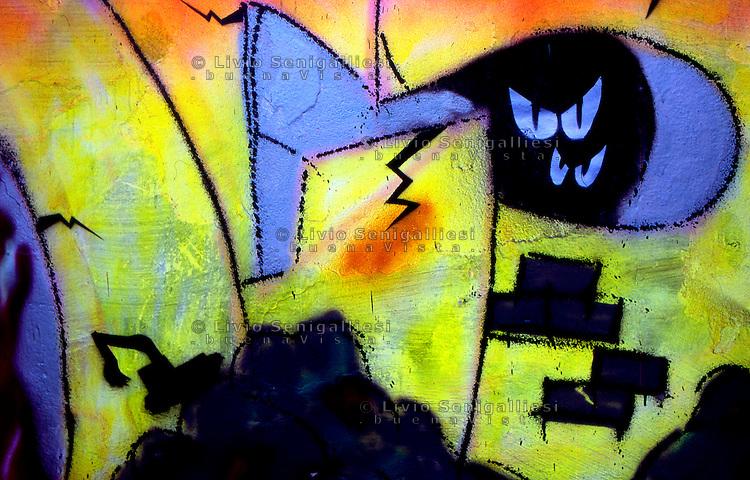 Milano, 1989.Un graffito prodotto dai giovani del CS Leoncavallo dopo lo sgombero operato dalla polizia nell'agosto del 1989..Foto Livio Senigalliesi