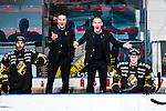 Stockholm 2014-03-21 Ishockey Kvalserien AIK - R&ouml;gle BK :  <br /> AIK:s tr&auml;nare Rikard Franz&eacute;n och AIK:s tr&auml;nare Mats B&auml;cklin reagerar<br /> (Foto: Kenta J&ouml;nsson) Nyckelord:  portr&auml;tt portrait arg f&ouml;rbannad ilsk ilsken sur tjurig angry tr&auml;nare manager coach