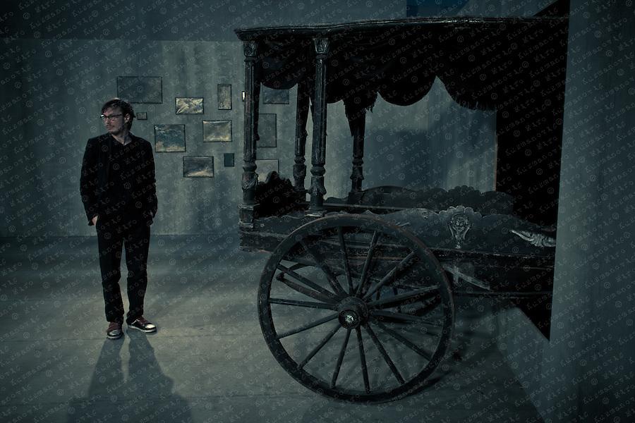 Markus Schinwald, Vanishing Lessons. Thematisch geht es Markus Schinwald (*1973 in Salzburg) in seinen Arbeiten um die psychologische Auseinandersetzung mit Raum und Körper, um das Unbehagen und die irrationalen Tiefen des individuellen und kollektiven Seins.Thematically, the work of Markus Schinwald (*1973 in Salzburg) centers on the psychological study of space and body, on the unease and the irrational depths of individual and collective being.