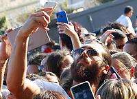 Bagno di folla durante le vacanze napoletane per Can Yaman ,l'ìattore turco che interpetra il Ferit di Bitter Sweet