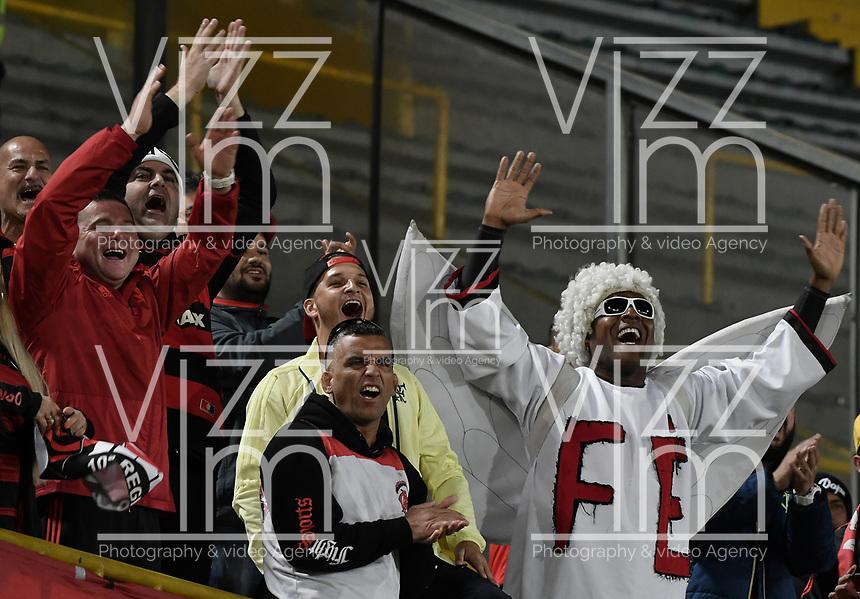 BOGOTÁ-COLOMBIA-24-04-2018: Hinchas de Flamengo animan a su equipo previo partido entre Independiente Santa Fe de Colombia y Flamengo de Brasil por la fecha 4, grupo D, de la Copa CONMEBOL Libertadores 2018 jugado en el estadio Nemesio Camacho El Campin de la ciudad de Bogotá. / Fans of Flamengo cheer for their team prior the match between Independiente Santa Fe of Colombia and Flamengo of Brazil date 4, group D, of the Copa CONMEBOL Libertadores 2018 played at Nemesio Camacho El Campin stadium in Bogota city.  Photo: VizzorImage/ Gabriel Aponte / Staff