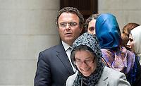 Berlin, Dienstag (07.05.13), Bundesinnenminister Hans-Peter Friedrich (CDU), steht vor Beginn der letzten Sitzung der Deutschen Islamkonferenz (DIK) in dieser Legislaturperiode bei Teilnehmerinnen, die Kopftücher tragen. Foto: Michael Gottschalk/CommonLens