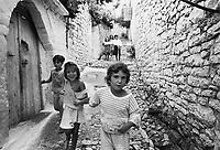 - Villaggio albanese, Queparo (Cepar&ograve;, agosto 1993); bambini nella via<br /> <br /> -  Albanian  Village, Queparo (Cepar&ograve;, August 1993); children in the street