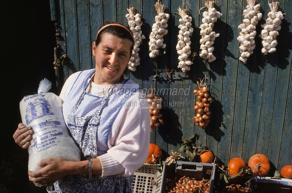 Europe/France/Pays de la Loire/44/Loire-Atlantique/Saille : Mme Gicquiaud femme de paludier devant son étal<br />  PHOTO D'ARCHIVES // ARCHIVAL IMAGES<br /> FRANCE 1990