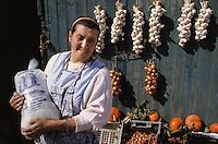 Europe/France/Pays de la Loire/44/Loire-Atlantique/Saille&nbsp;: Mme Gicquiaud femme de paludier devant son &eacute;tal<br />  PHOTO D'ARCHIVES // ARCHIVAL IMAGES<br /> FRANCE 1990