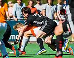 BLOEMENDAAL   - Hockey -  2e wedstrijd halve finale Play Offs heren. Bloemendaal-Amsterdam . Fergus Kavanagh (A'dam) met Jasper Brinkman (Bldaal) .  COPYRIGHT KOEN SUYK