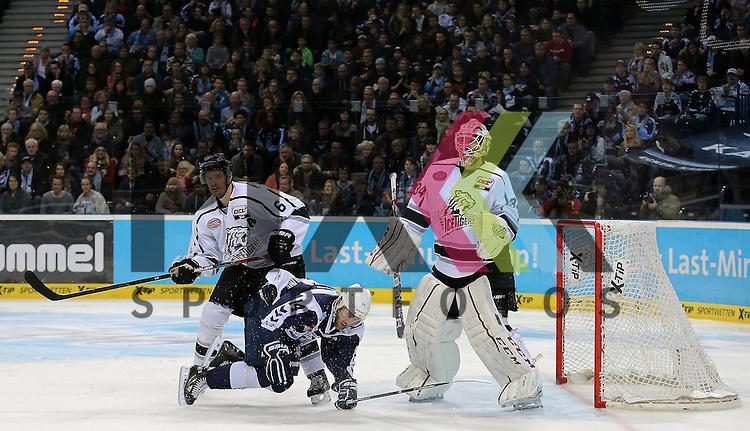 Foto: v.l. Kurtis Foster (Nuernberg) , Garrett Festerling (Hamburg) und Goalie Tyler Beskorowany (Nuernberg) beim Spiel in der DEL, Hamburg Freezers (blau) - Nuernberg Ice Tigers (weiss).<br /> <br /> Foto &copy; PIX-Sportfotos *** Foto ist honorarpflichtig! *** Auf Anfrage in hoeherer Qualitaet/Aufloesung. Belegexemplar erbeten. Veroeffentlichung ausschliesslich fuer journalistisch-publizistische Zwecke. For editorial use only.