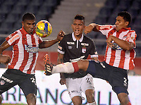 BARRANQUILLA -COLOMBIA-22-OCTUBRE-2014. Luis Carlos de La Hoz (Izq) y German Gutierrez (Der) del Atletico Junior  disputan el balon con Francisco Meza (Centro)  del Independiente Santa Fe   ,  partido de ida por la semifinal de  la Copa Postobon  disputado en el estadio Metropolitano. / Luis Carlos de La Hoz (L) and German Gutierrez of Atletico Junior fights for the ball with Francisco Meza (Center)  of  Independiente Santa Fe leg of the semifinals of the Copa Postobon played at Metropolitan Stadium. Photo: VizzorImage / Alfonso Cervantes / Stringer