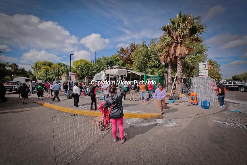 Quer&eacute;taro, Qro. 19 de junio de 2016.- Autoridades municipales retiraron los carritos de los comerciantes ambulantes instalados en la Alameda Hidalgo. <br /> <br /> En un operativo conjunto entre polic&iacute;a estatal, municipal, inspecci&oacute;n municipal, Protecci&oacute;n Civil se llev&oacute; acabo el retiro de los m&aacute;s de 350 puestos que se encontraban en la parte frontal de la Alameda Hidalgo, a la que, de acuerdo con el secretario de gobierno municipal Manuel Vel&aacute;zquez Pegueros, el lugar ya presentaba denuncias. Agreg&oacute; que los comerciantes entrar&aacute;n en una mesa de di&aacute;logo para ser reubicados. Mientras que las mercanc&iacute;as decomisadas, previa acreditaci&oacute;n, ser&aacute;n devueltas a los due&ntilde;os. <br /> <br /> Por su parte, comerciantes que fueron afectados anunciaron marchas y plantones a partir de este lunes.<br /> <br /> <br /> El operativo inici&oacute; a las tres de la ma&ntilde;ana de este domingo, concluyendo cerca de las nueve. <br /> <br /> Foto: Victor Pichardo