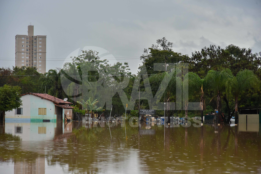 CAPIVARI,SP, 06.06.2016 - CHUVA. As chuvas que atingem todo o estado de São Paulo tem causado muitos prejuízos no interior de São Paulo. A cidade de Capivari, que é banhada pelo Rio Capivari, um dos formadores da bacia do PCJ, composta pelos rios: Piracicaba, Capivari e Jundiaí, apresenta vários pontos de alagamento, causando vários transtornos para a cidade. O bairro mais atingido é o Moreto onde 7 famílias estão desabrigadas, cinco foram para o abrigo da prefeitura e duas ficaram próximas as suas casas em barracas improvisadas. ( Foto: Mauricio Bento/ Brazil Photo Press)