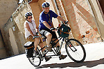 Viana.Navarra.Espana.Viana.Navarra.Spain.Dos peregrinos pasean en una bicicleta tandem..Two pilgrims walking in a tandem bicycle..(ALTERPHOTOS/Alfaqui/Acero)