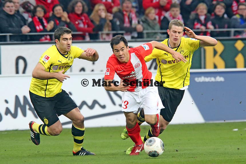 Shinji Okazaki (Mainz) gegen Sven Bender und Sokratis (BVB) - 1. FSV Mainz 05 vs. Borussia Dortmund, Coface Arena, 14. Spieltag